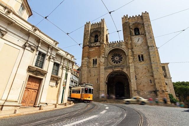 Sé (catedral) y tranvía en Lisboa